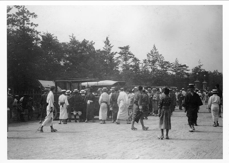 遠乗り会へ参加する車両を見学する人々。カンカン帽をかぶるのが当時の流行だったようです。