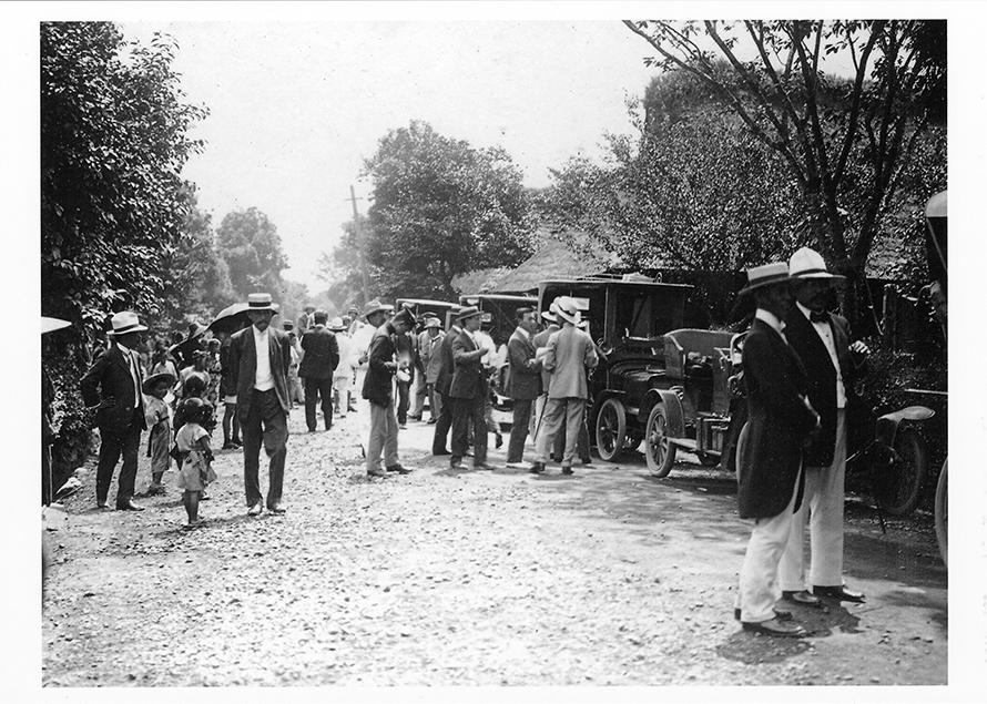 街道に並ぶ参加車両。スーツ姿の人は、遠乗り会へ参加している人々。