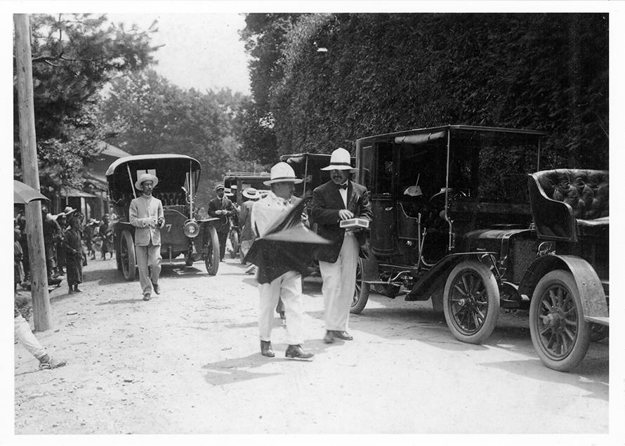 1900年代初頭ということでタイヤには、まだ白いゴムが使われていました。