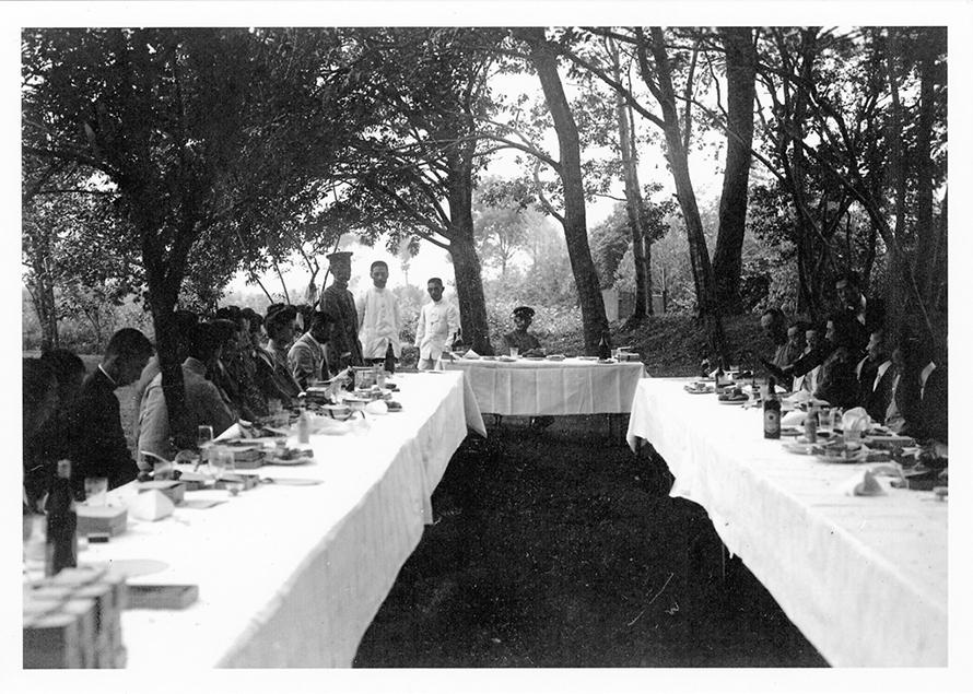 谷保天満宮の梅林の中の食卓の様子。奥の正面が有栖川宮殿下の席となります。
