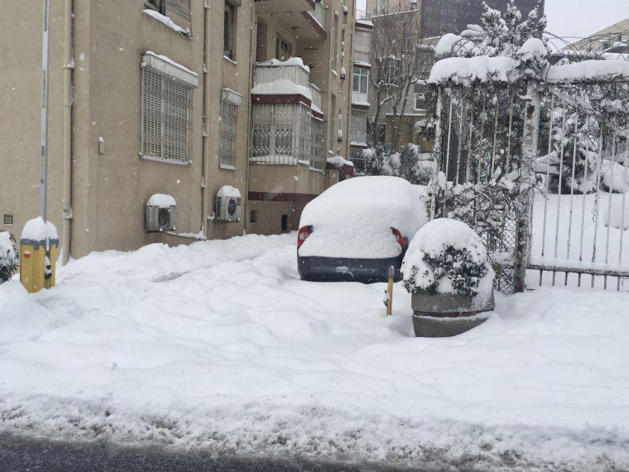 積雪地では除雪とともにクルマの屋根の雪下ろしは大仕事