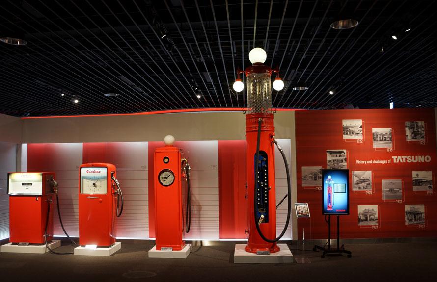 レトロ計量機コーナー。時代を反映した計量機は来場者の注目を集めている
