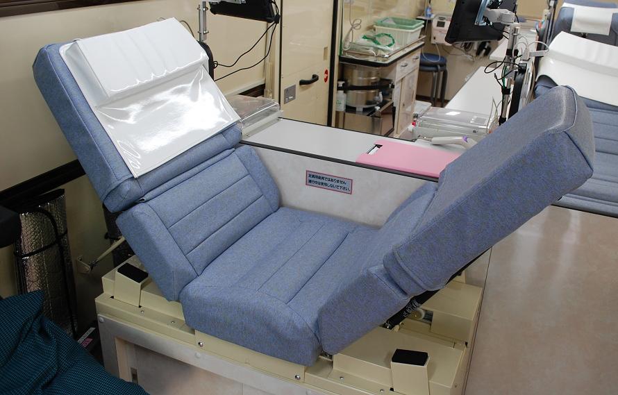 採血を行うスペースはベッドの片側に限定されてしまうため、採血する腕にあわせてベッドの頭部を変更できるようになっている