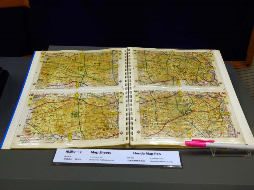 セルロイド式地図はエリアごとにホルダーに収納。必要に応じてここから引っ張り出して使用した。右下はマーキングするためのマーカーペン。三菱鉛筆が担当した