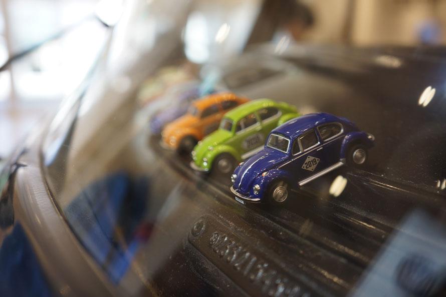 「ストライプ」のフロントガラス前には、歴代のコラボチョコのミニカーがずらり