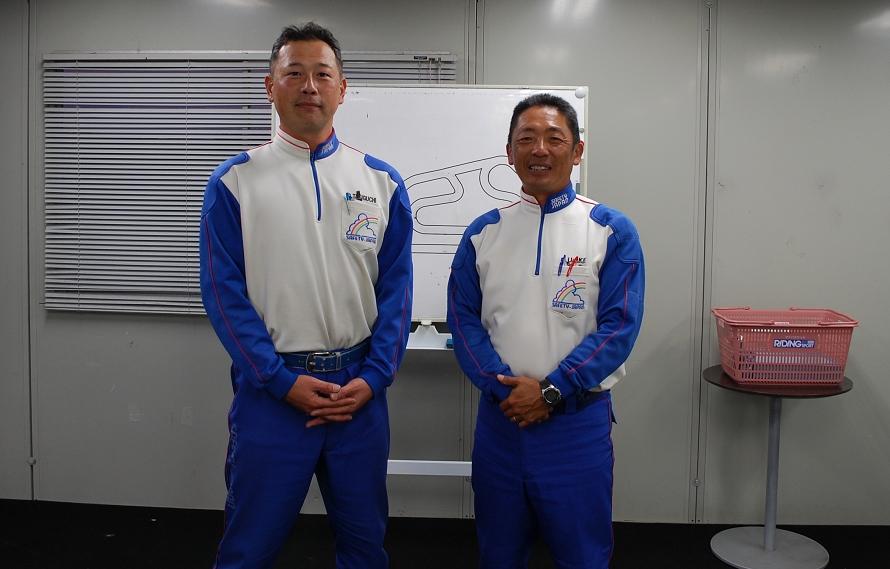インストラクターを務める氏家さん(右)と滝口さん(左)。氏家さんは元オートバイのレーサーで、その後、教習所の教習員。滝口さんは元白バイ隊員という経歴の持ち主だ