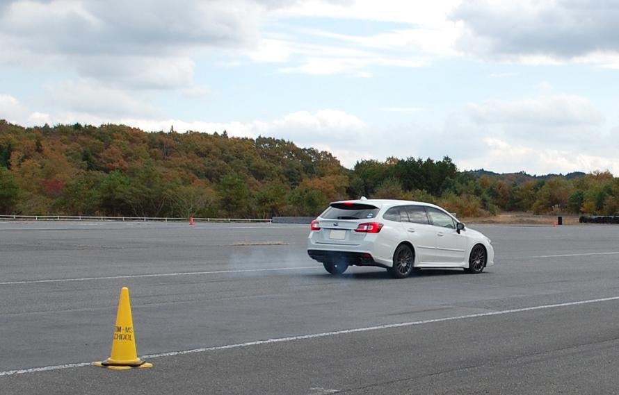 最大で時速120kmを上限とした速度からの急ブレーキを体験する