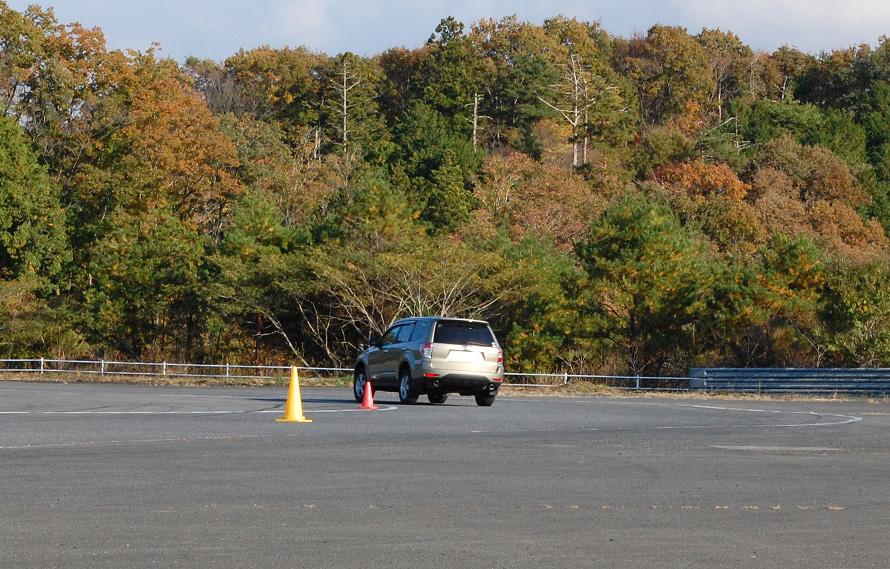持ち込むクルマは車検を通っていれば制限はない。受講者の愛車も、SUVからステーションワゴン、スポーティーカーと様々