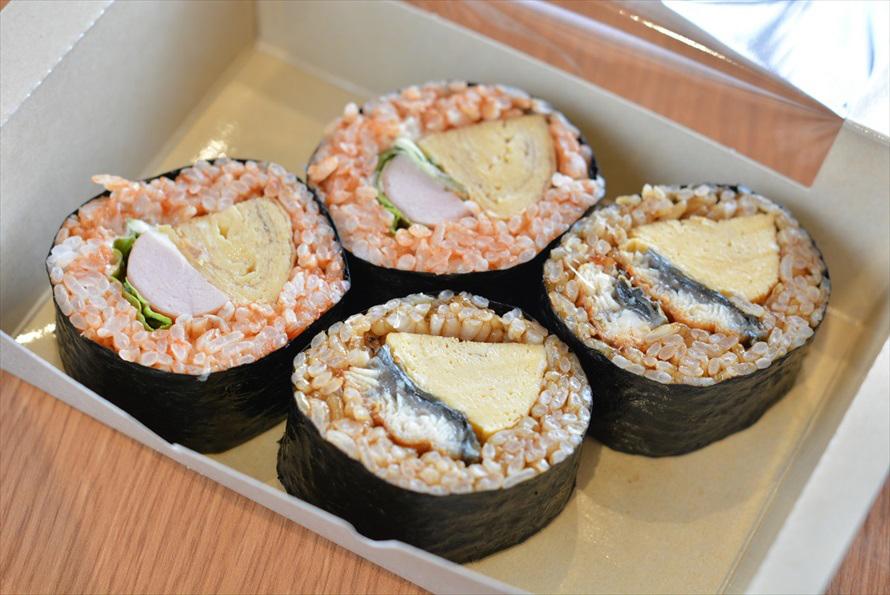 「にぎり玉」の「三芳ロール オムライス」(300円)が左、「三芳ロール 玉子焼き&うなぎ」(360円)が右