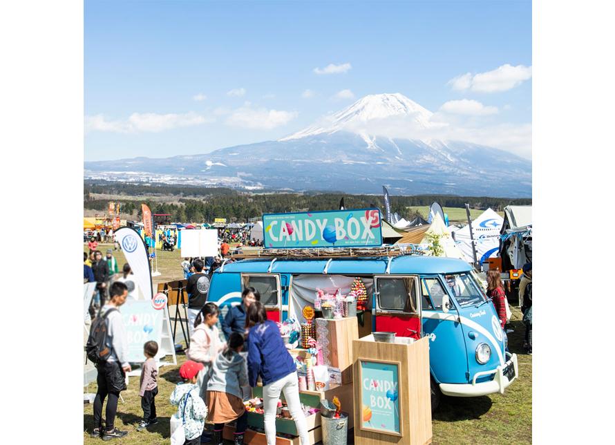 富士山をバックにキャンディボックス仕様の「ブルー号」が登場
