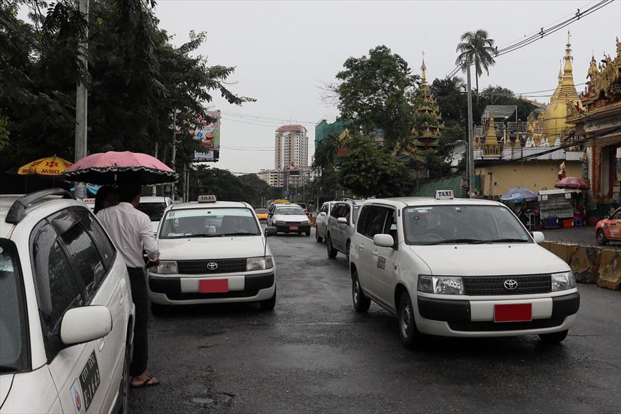 タクシーは圧倒的に「プロボックス/サクシード」の白が多く、ほかにも「カルディナバン」や「カローラバン」などトヨタのバンが多い