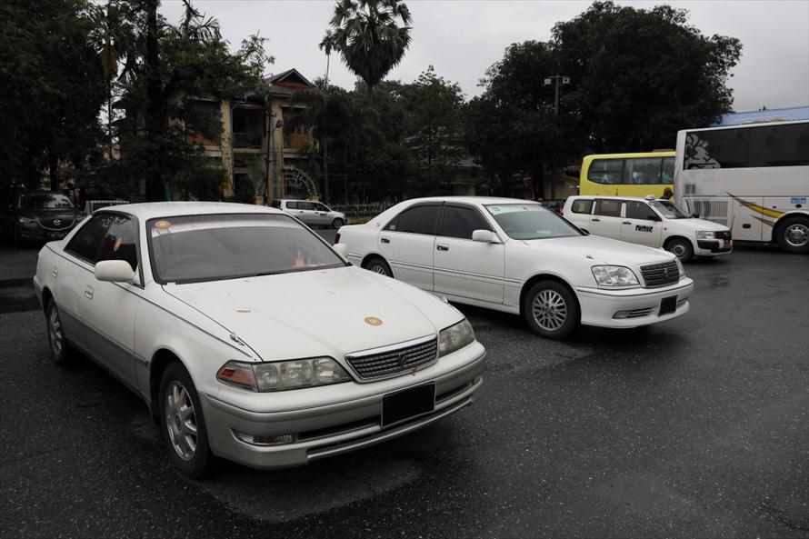 「マークII」や「クラウン」もよく見かける車種。ナンバーのサイズは日本に近い