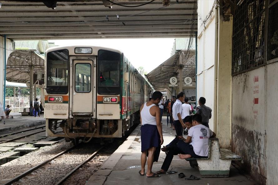 ヤンゴン中央駅にて。鉄道も日本の中古車両が多い