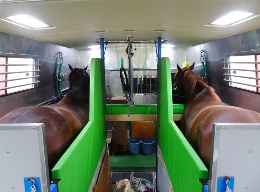 馬運車内の様子。ちなみにエアコンも装備されている