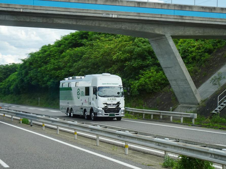 高速道路を走行する馬運車