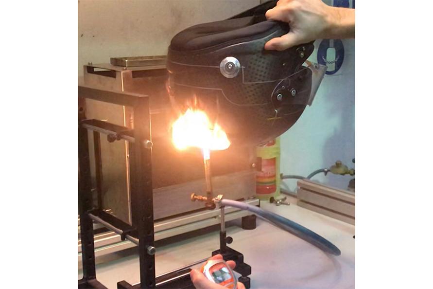 ヘルメットの耐火性をテストしている様子