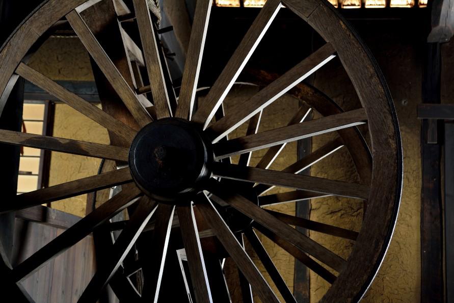 江戸時代より以前、大八車や水車など車輪に関わる仕事をしている人(家)は「車屋」などの屋号を持ち、これを名字に利用した