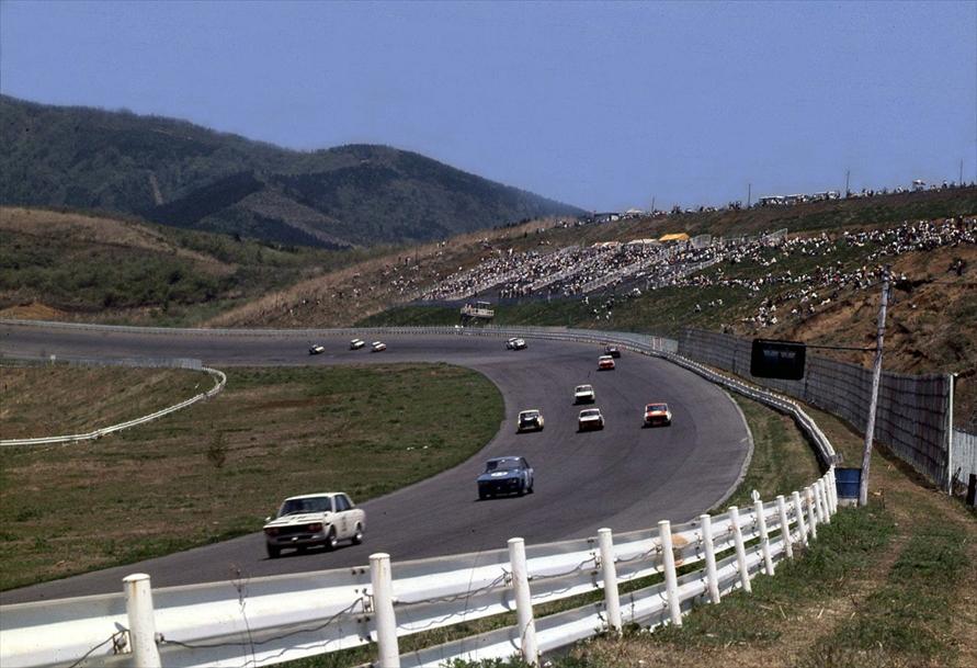 メインストレートの先にあった30度バンクを駆け下りてくるレース車両。現在も、コースの一部が残っている