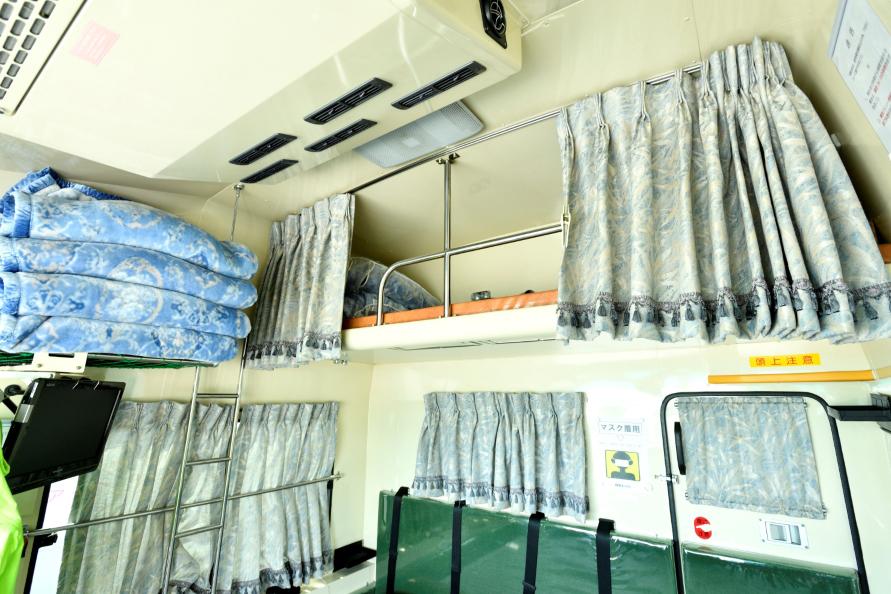 運転席後方には厩務員が乗るスペースと上段にはベッドも。馬房を見る窓や扉も備わる