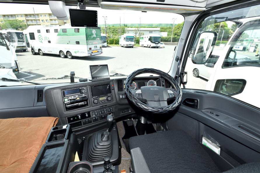 トラックベースなので運転席は普通のトラックと同じ。ドアもあるため馬房のエアコンスイッチなどは別の所に付く。