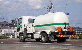 「危」「毒」「高圧ガス」、トラックでよく見る標識は何を表している?