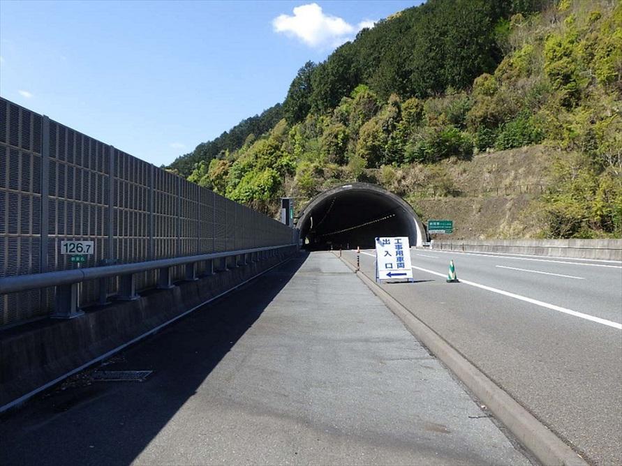 工事前の写真。橋梁部区間とトンネル部区間は、もともと片側3車線分のスペースが用意されていたことがわかる