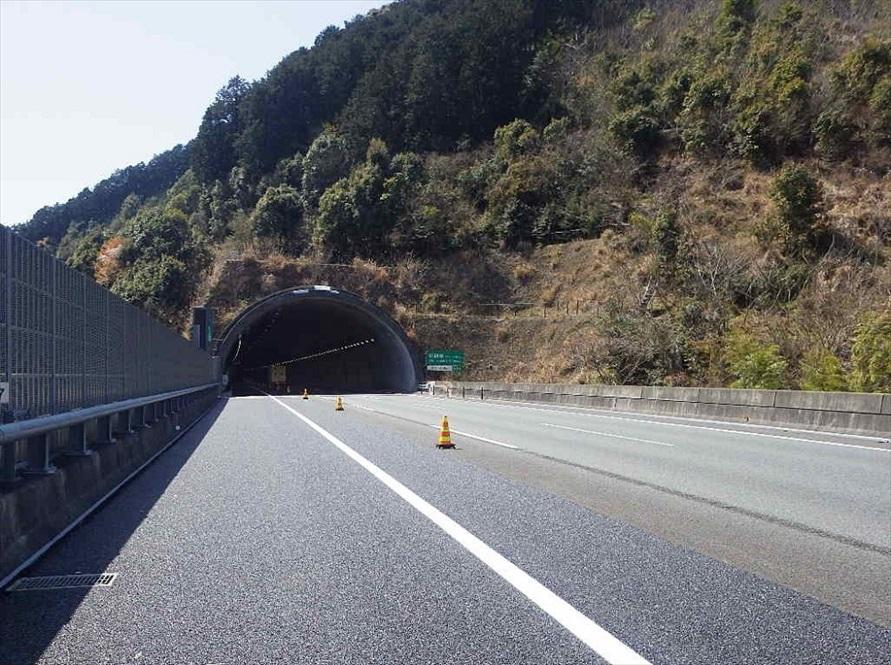 こちらが工事後。工事によって左側に1車線が追加され、3車線となった。トンネル構造はそのままだ