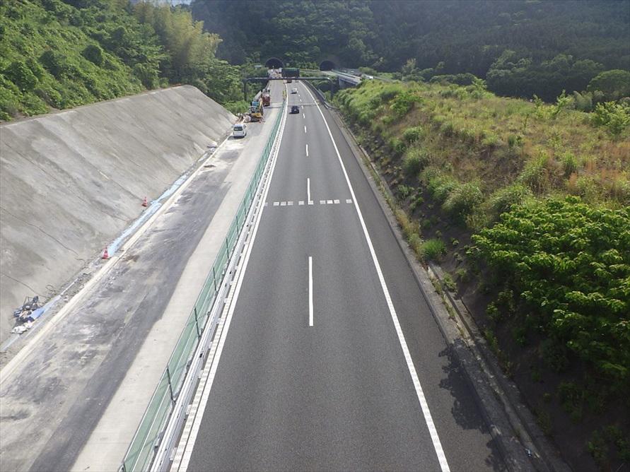 左側に拡大したスペースに舗装を敷けるようにしているところ。その後に区画線を施行すれば3車線となる