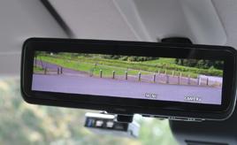 採用車種が増えている「デジタルインナーミラー」で後方視界が広がる!
