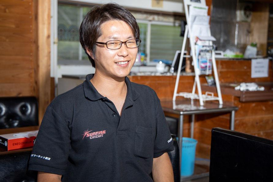 つくるまサーキット那須を運営するSUNRISE CIRCUIT代表の坂本さん。丸和オートランド那須の代表を父に持ち、ダートトライアル競技が大好き