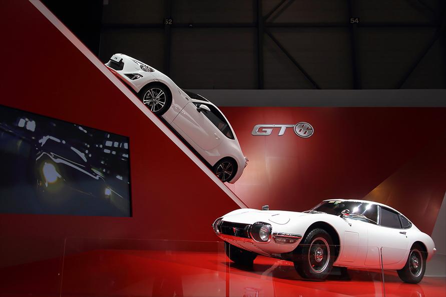 2012年のジュネーブモーターショーでは白い「GT86」が「2000GT」と並べられた