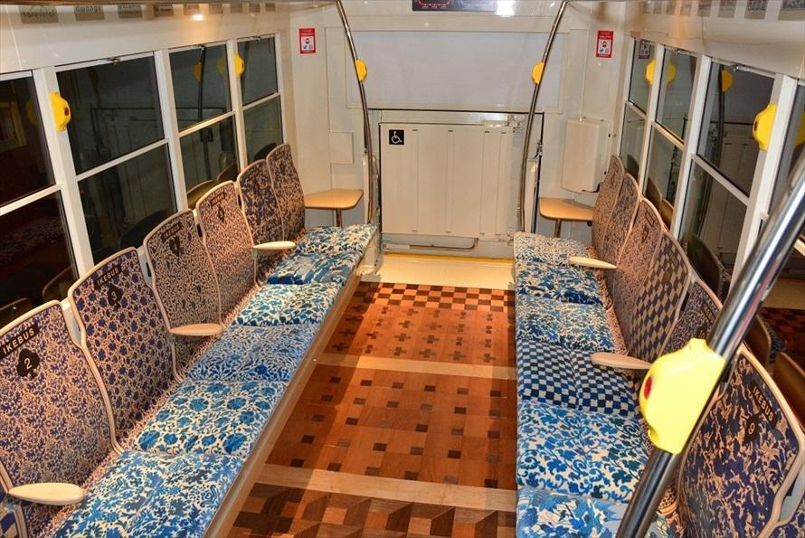 イケバスの車内。シートや床の模様が1台ごとに異なる。天井にデジタルサイネージを備えた車両も。