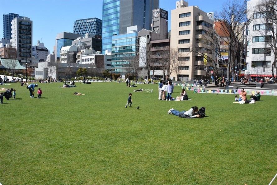 子供を持つ若い世代に大人気となっている、南池袋公園の芝生広場。イケバスは、このような駅のまわりの4か所の公園を結ぶ働きもある(2020年3月撮影)