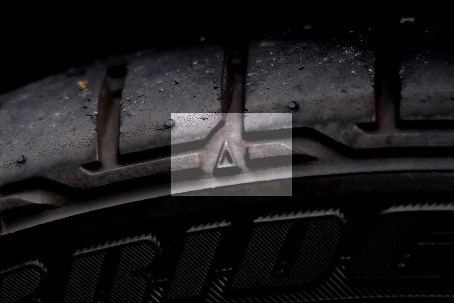 タイヤには擦り減ったときに残り溝が1.6mm以下になったことを表す「スリップサイン」が設けられていて、タイヤ側面にはスリップサインが登場する場所を示す△マークがついています。
