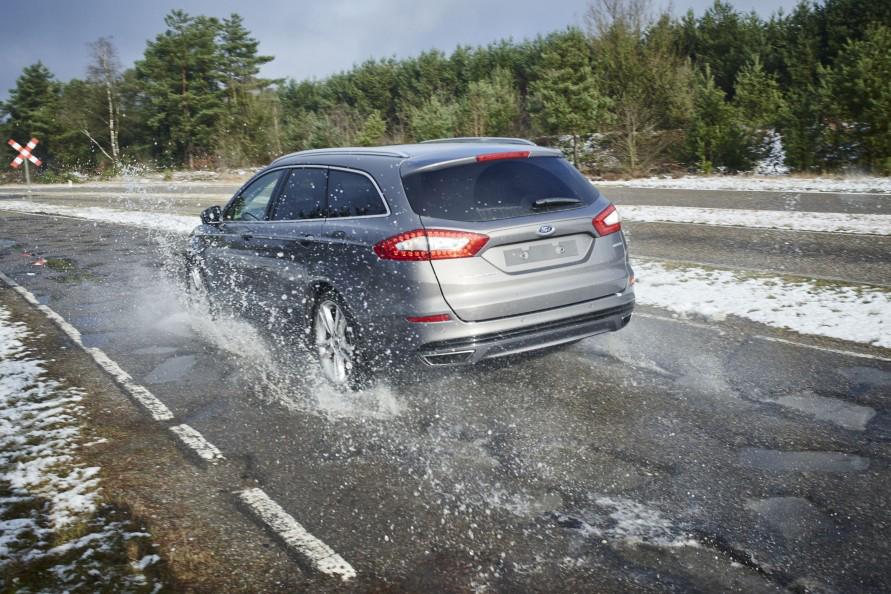 タイヤの性能が保たれていないと、クルマを安全に走らせることはできない。(写真:フォード)