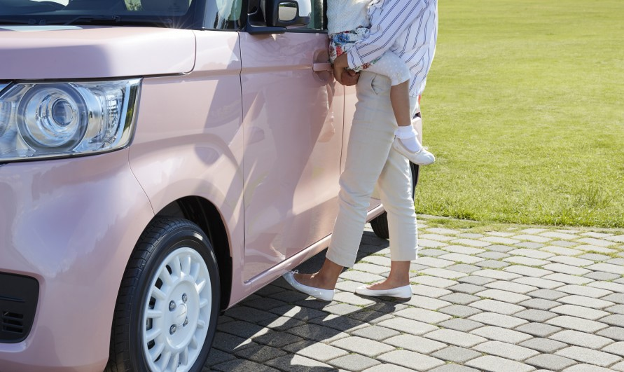 赤ちゃんを抱いて両手がふさがっていても、足の動きでドアを開閉できる。(写真:ホンダ技研工業)