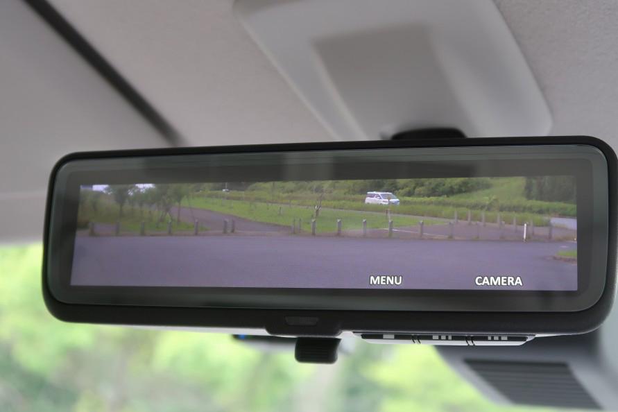 同じ車種で同じ位置に調整したデジタルインナーミラー。視界が広くて安全性も高まる。(写真:工藤貴宏)