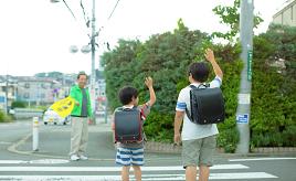交通の方法に関する教則に表記がない? 「手上げ横断」の謎に迫る