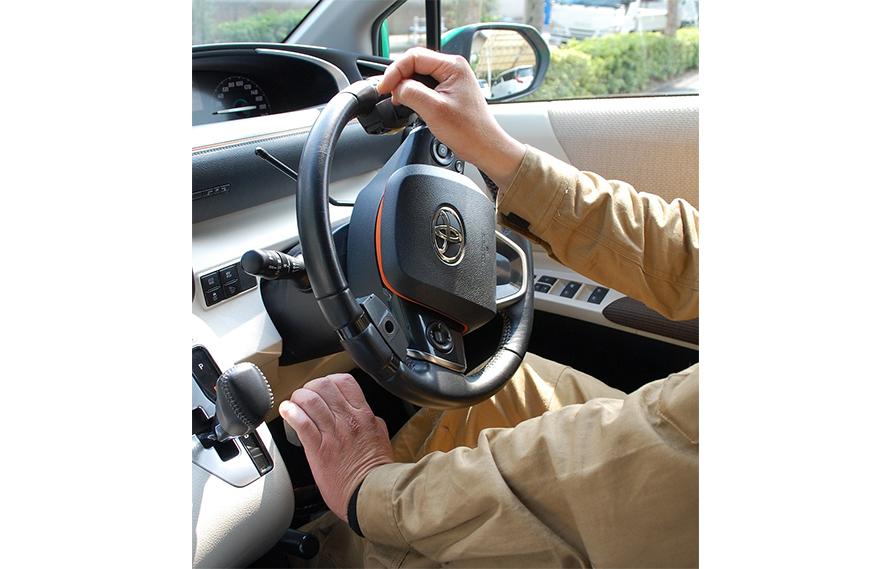左手でアクセルとブレーキを操作して走る