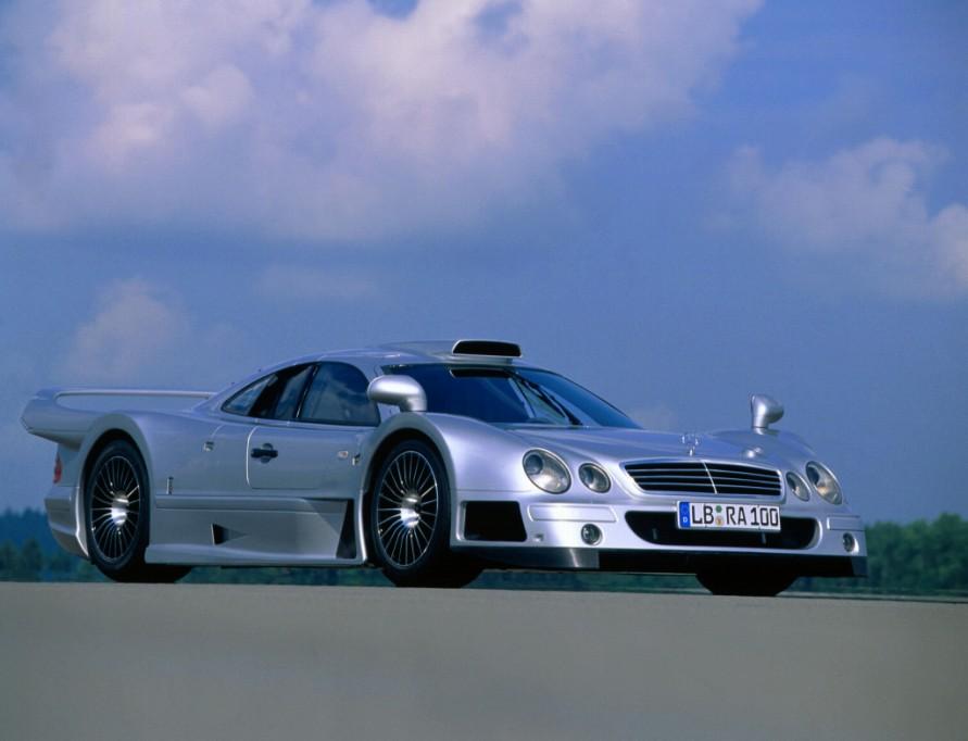 どう見てもレーシングカーですが、法規はクリアしているのでナンバープレートを取得でき公道走行可能な「CLK-GTR」。(写真:メルセデス・ベンツ)