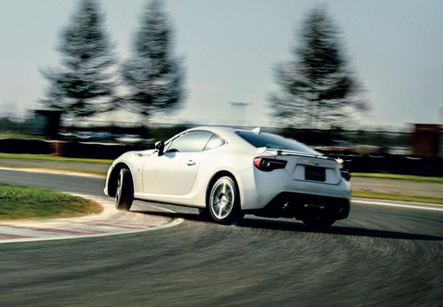 ダイナミックな走りを楽しむには86のように後輪駆動が最適。(写真:トヨタ自動車)