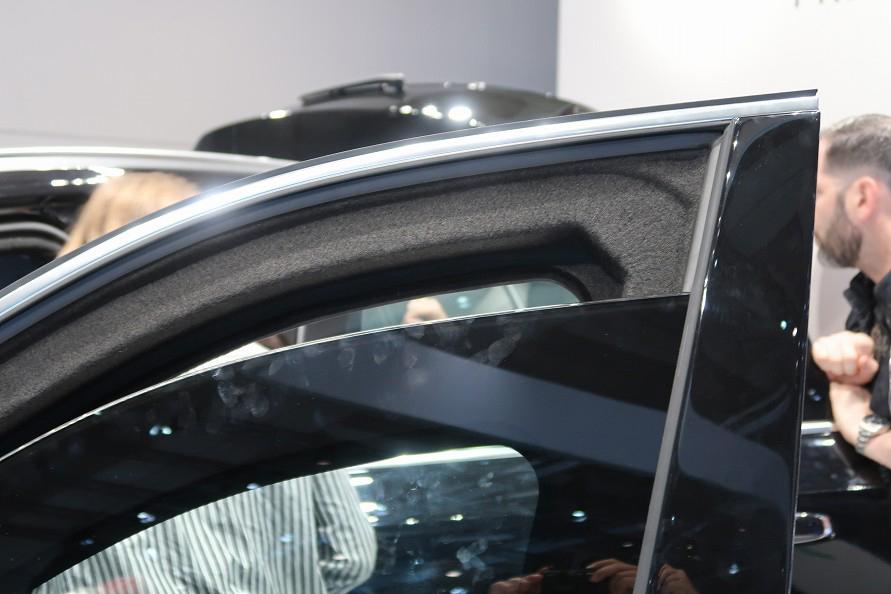 防弾車の見た目の特徴は、窓ガラスの端が黒いこと。(写真:工藤貴宏)