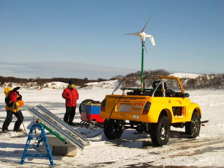 2005年厳冬期ロシア・間宮海峡アタックにて自然エネルギーで充電をするEVジムニー2号機「ARK-1」(写真:ZEVEX)
