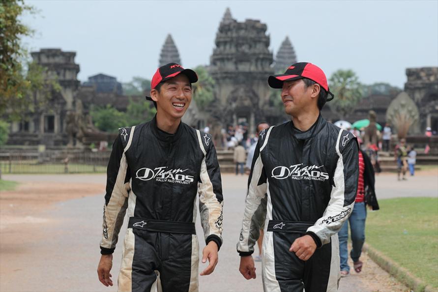 2016年からドライバーを務める能戸知徳選手とコ・ドライバーとして参戦した赤星さん。翌年より赤星さんは監督に専念(2016年のゴール、カンボジア アンコールワットにて)