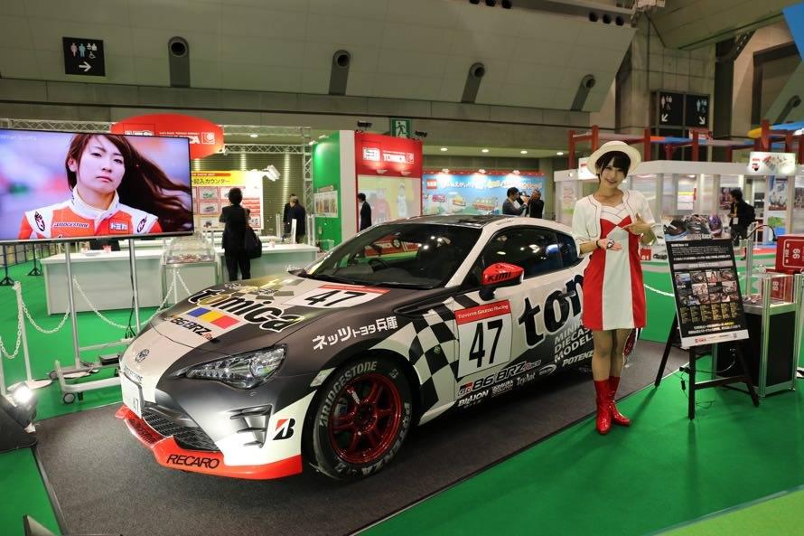 トミカブースの入り口には今年の「86/BRZ Race」に参戦している「トミカネッツ兵庫BS86B トヨタ86(蒲生 尚弥 選手)」が展示。