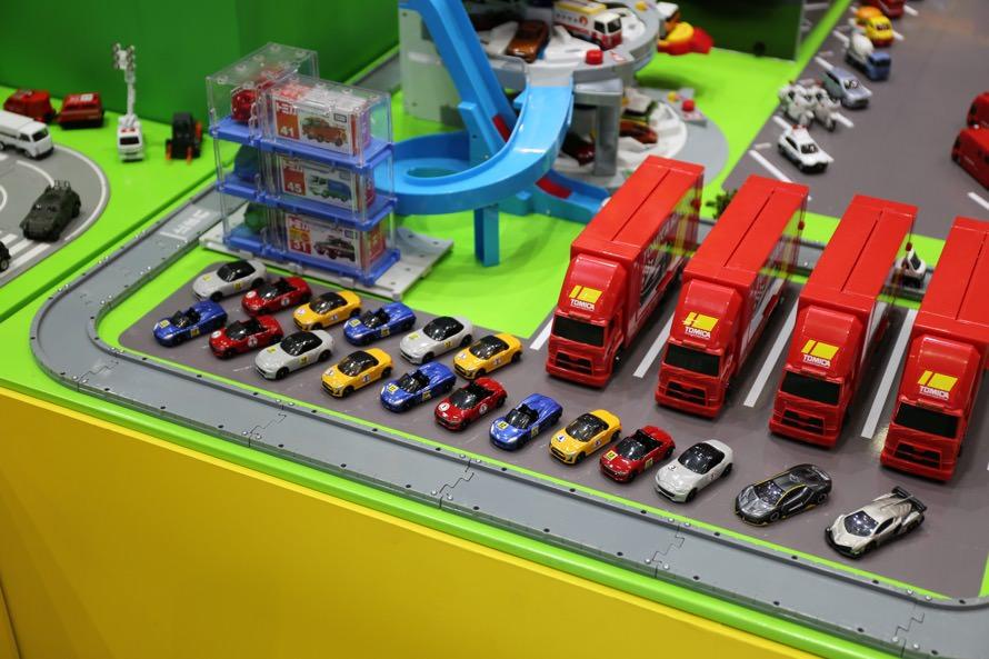 サーキットのピットパドック裏のようなシチュエーションのジオラマがあったりと、多彩!