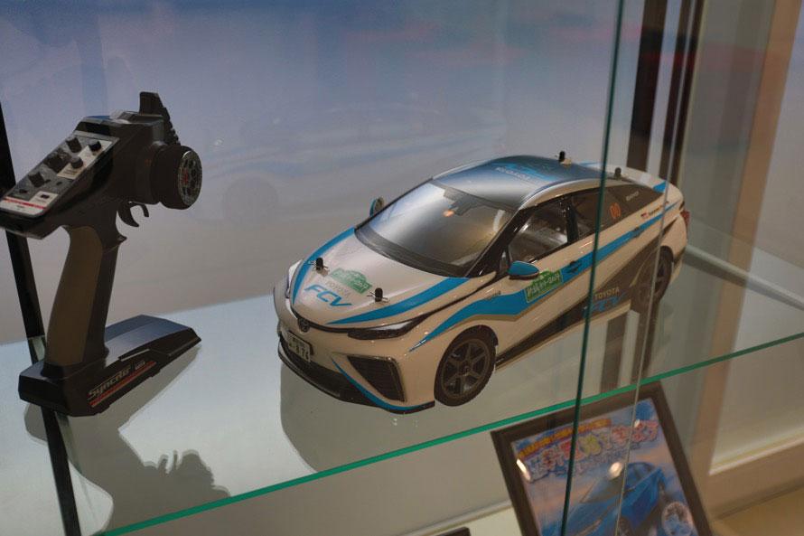 展示車両の近くには燃料電池システムを搭載したMIRAIのラジコンが展示されていた
