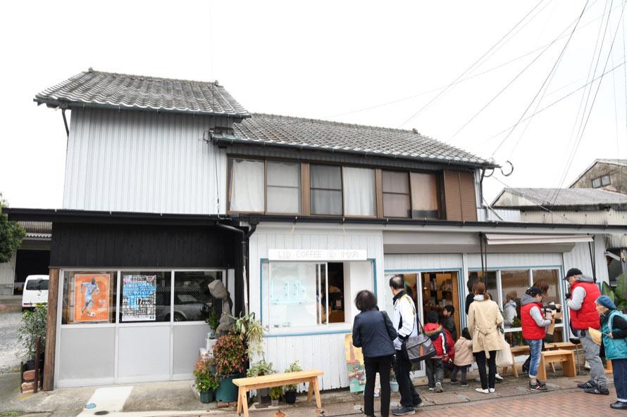 LIB COFFEE IMARIは、築130年の建物をリノベーションした伊万里川沿いにあるカフェ