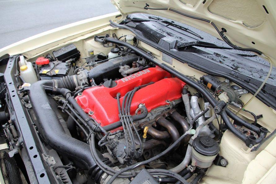 本来は横置きのエンジンルームに収まる縦置きのSR20DE型エンジンは快音を奏でる