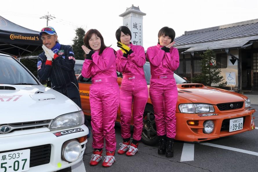 隣町 、中津川より参加した代田家の女性3人組_+自動車ライターのマリオ高野氏。朝から和気あいあい